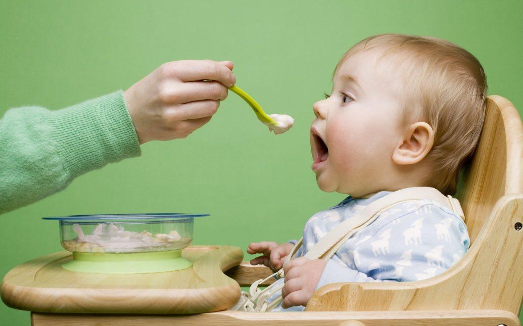 кормление малыша ложкой