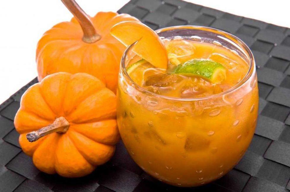Кубики льда и немного лимона сделают тыквенный сок отличным освежающим напитком.