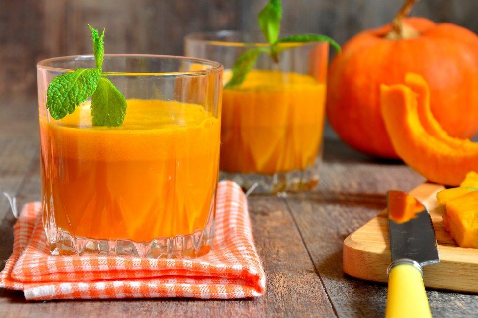 Перед подачей, стакан можно украсить листиком мяты или корицей. Это придаст еще несколько интересных ноток вкусу.