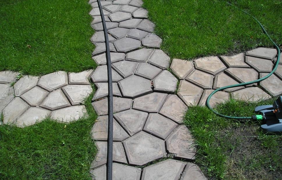 Декоративные плиты, отлитые из бетона, выложенные крестообразно
