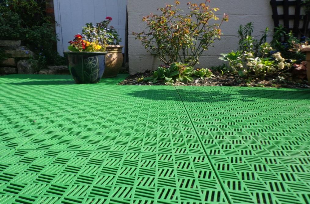 Плитки из зеленого пластика гармонично впишутся в окружающий ландшафт