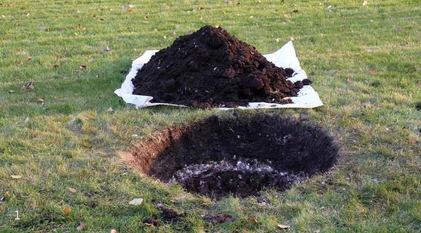 Вынутая земля не отбрасывается – она пригодится для засыпки!