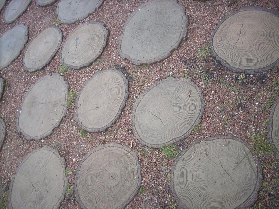 Площадка из спилов с мелким гравием