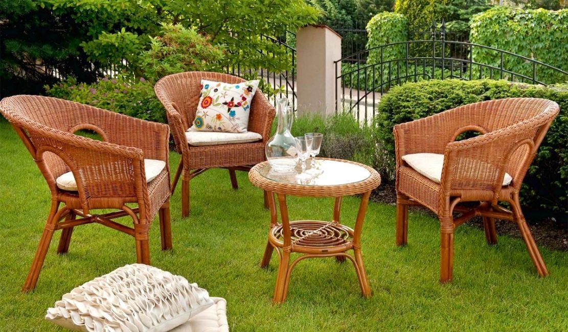 Садовая мебель на газоне