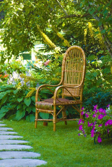 Газон подчеркнёт красоту садовой мебели