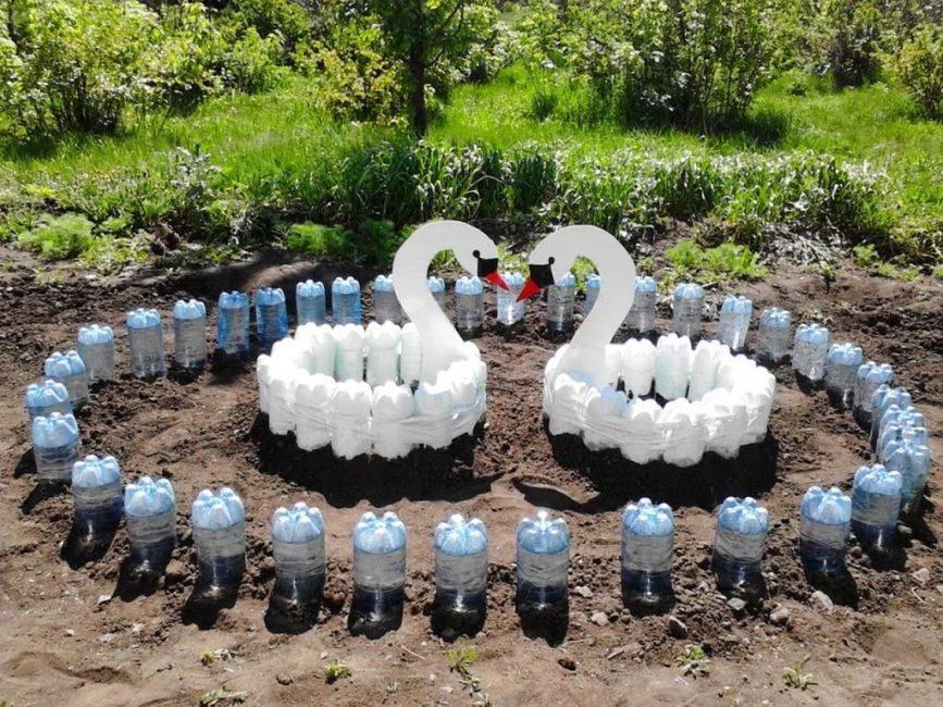 Два лебедя из пластиковых бутылок