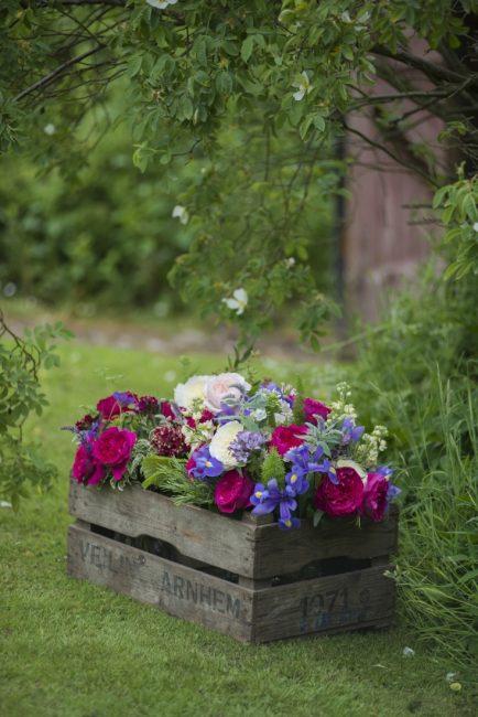 Высаживайте растения в корзины из лозы или в деревянные ящики.
