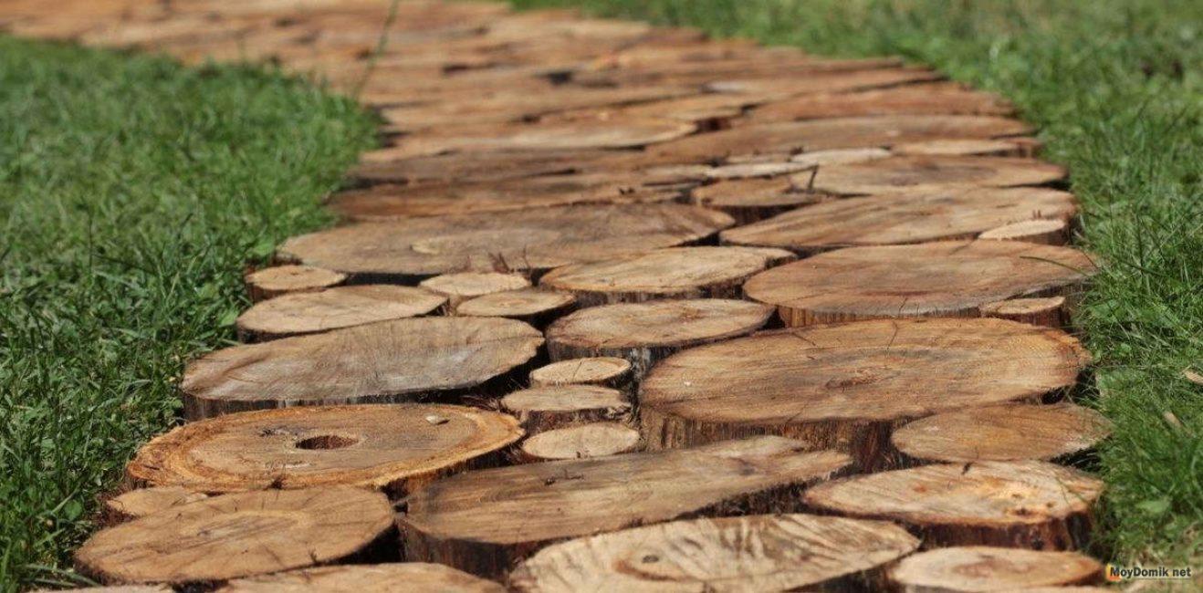 В унисон такой композиции можно оформить дорожку из спилов дерева