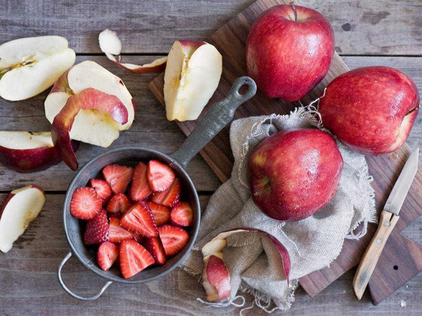 Порезанные яблоки и клубника