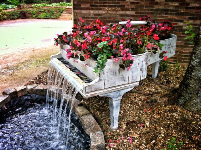 старое пианино с водопадом