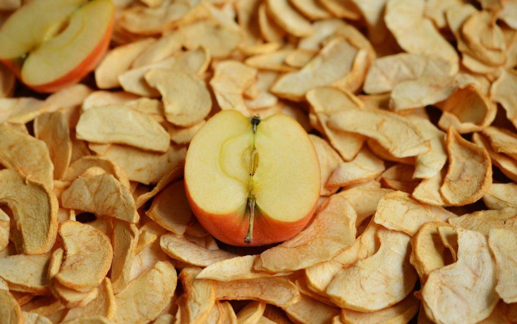 Самый старинный способ заготовки яблок – это их сушка.