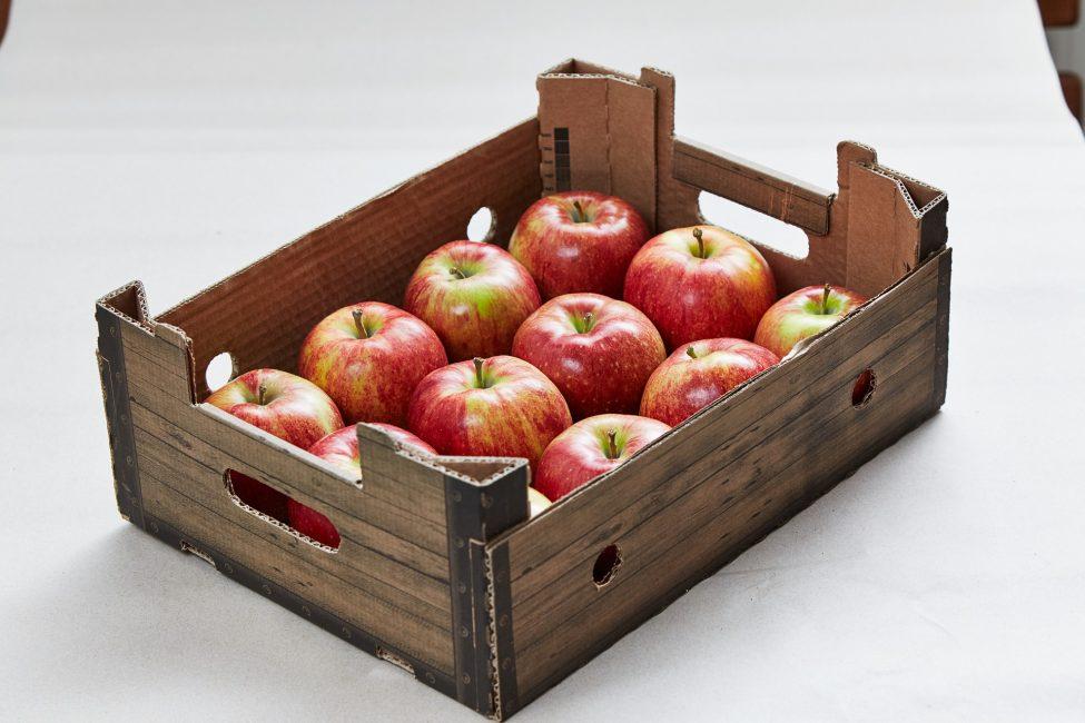 яблоки в картонной коробке