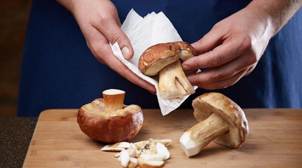 вытираем грибы салфеткой