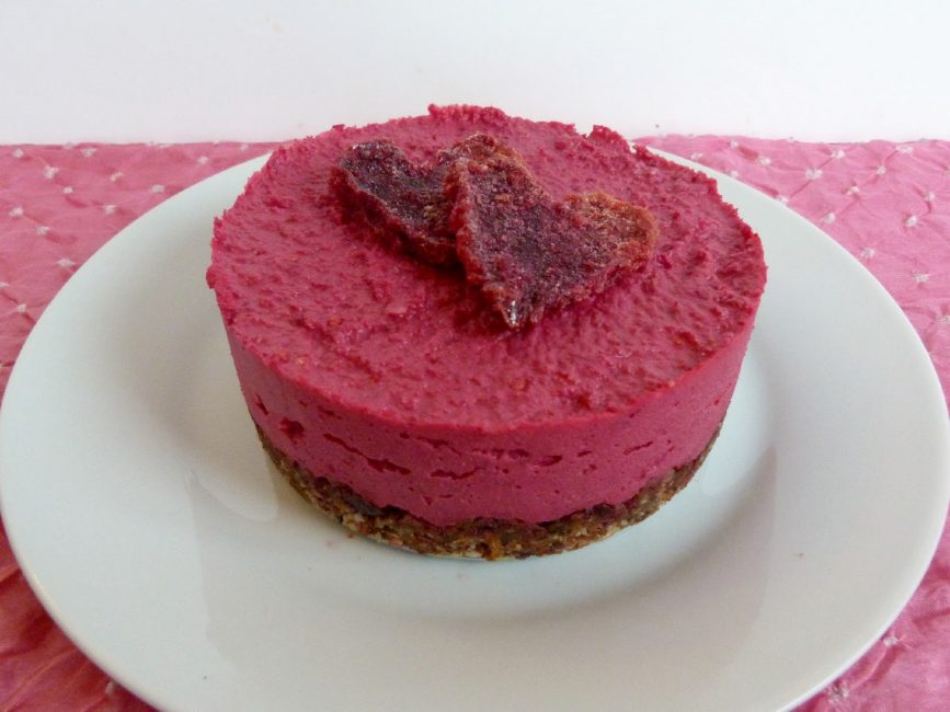 Десерт, окрашенный натуральным свекольным красителем