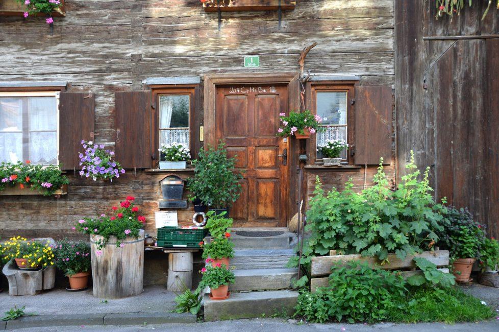 старое здание украшено клумбами с цветами