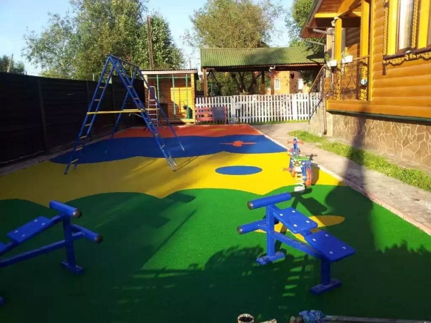 Для маленьких деток площадку размещают вблизи дома.
