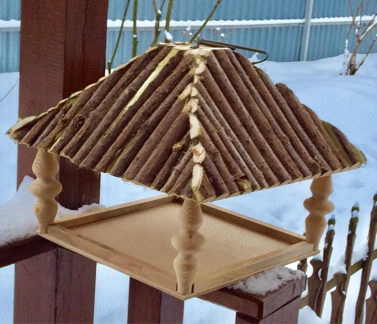 кормушка с крышей из бревен