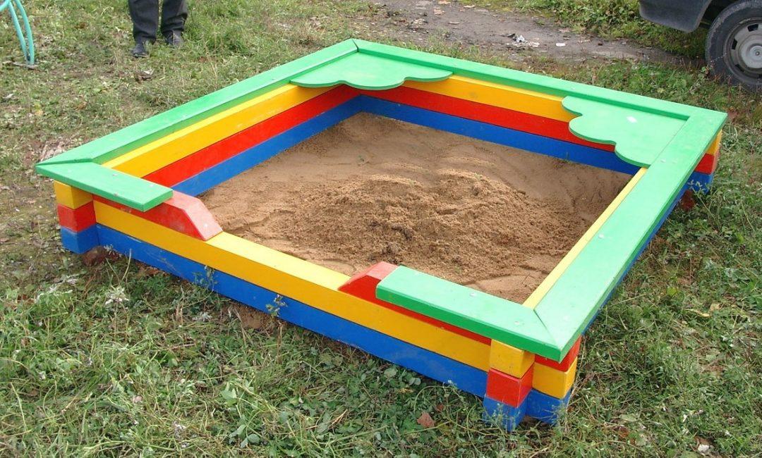 Песочницу необходимо покрасить красками ярких оттенков.