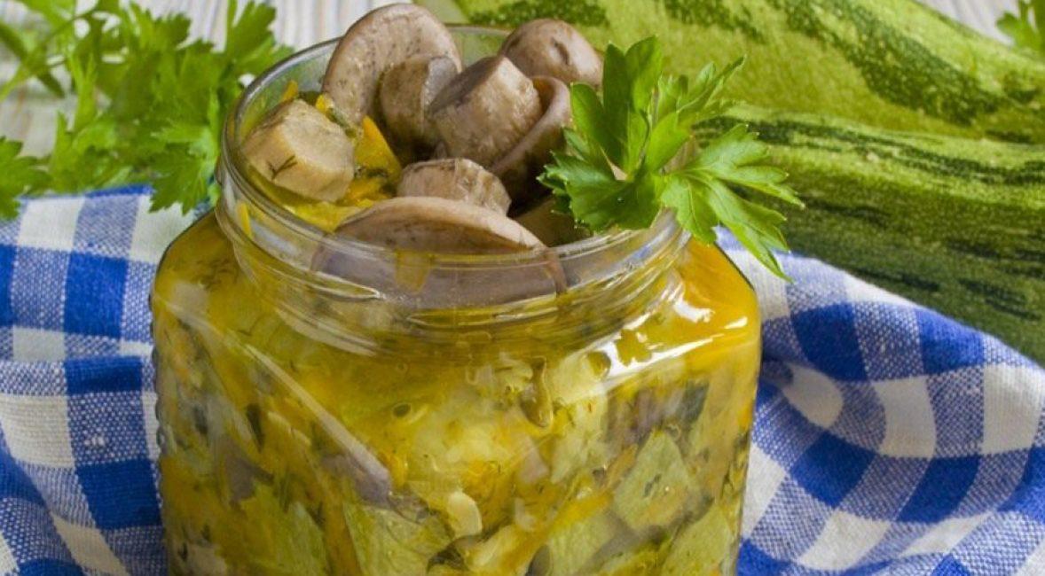 Готовая баночка с аппетитным салатом из грибных деликатесов.