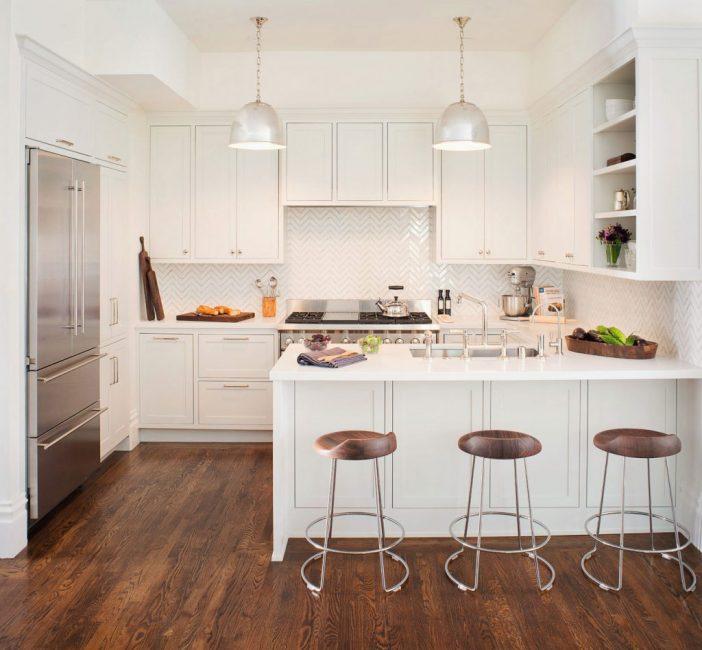 Светлая кухня-гостиная в классическом стиле