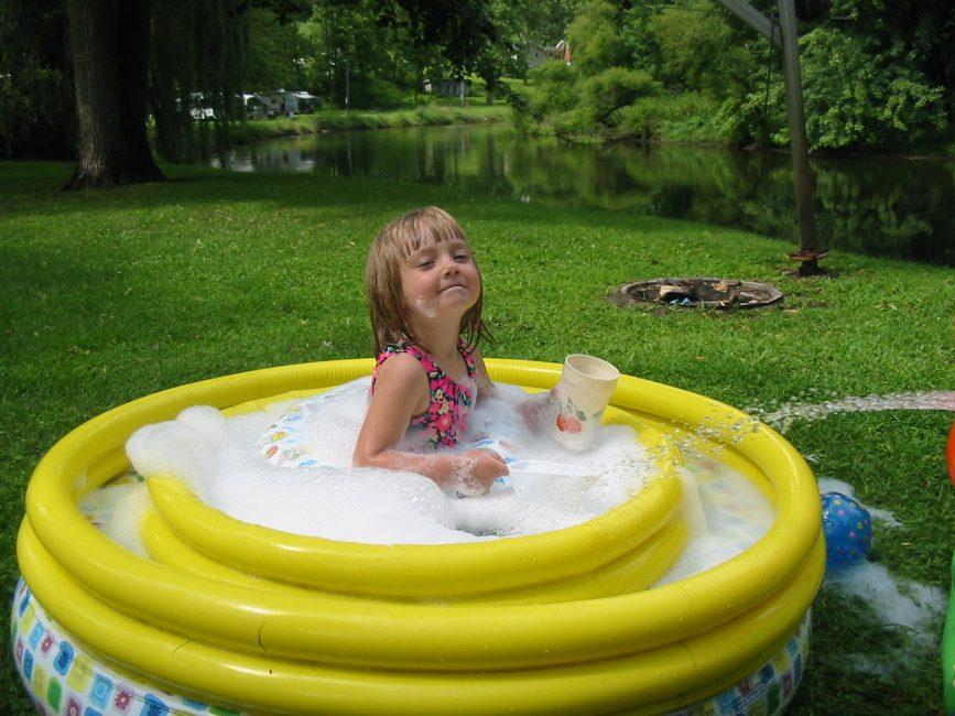 Устройство мини бассейна приведёт малышей в восторг. Достичь этого можно благодаря надувным бассейнам.