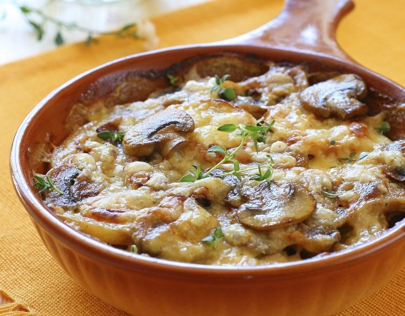 Для приготовления картофеля с грибами, можно использовать свежие или засушенные грибы