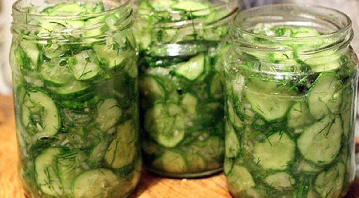 Готовое блюдо из зелёных овощей, щедро осыпанное укропом и петрушкой.