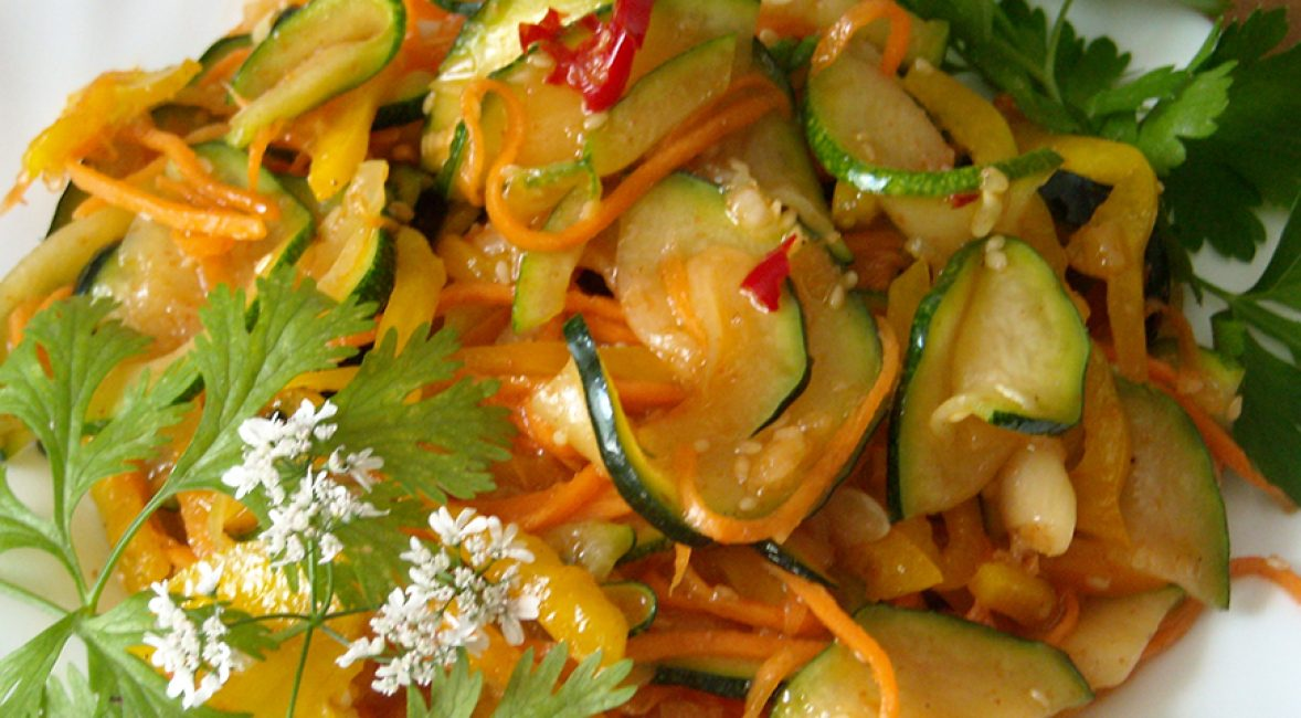 Готовое блюдо на тарелке, аккуратные кольца кабачка с натертой морковью в качестве аппетитной закуски.