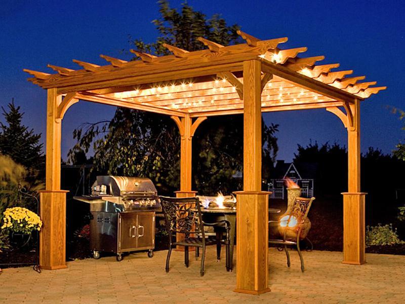Для придания воздушности используются подсветки в разных комбинациях - по периметру и центру строения.