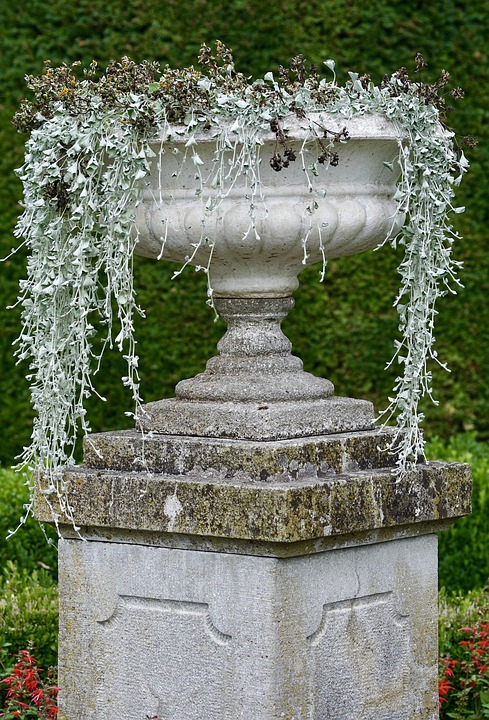 Часто применяемый элемент в декорирование сада - каменные вазы