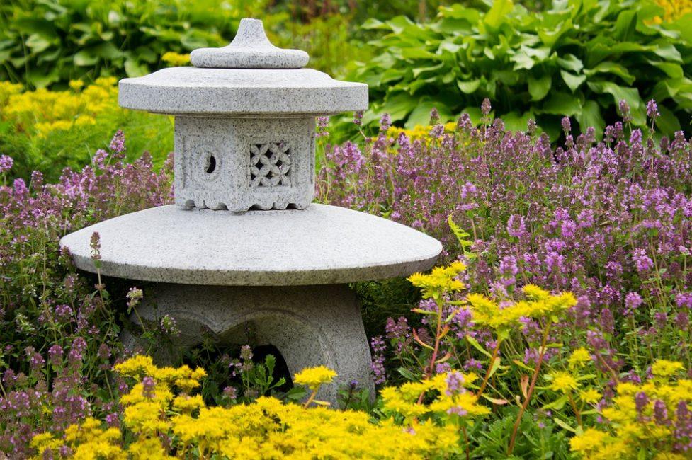 Бетонное украшение в сад