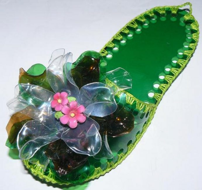 Шлепанцы с цветком из пластиковых бутылок