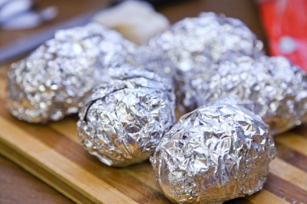 картофель закутанный в фольгу