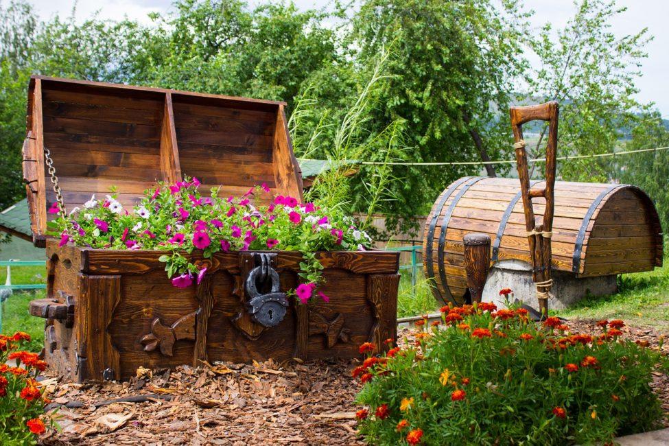 Старый сундук в качестве цветочной клумбы
