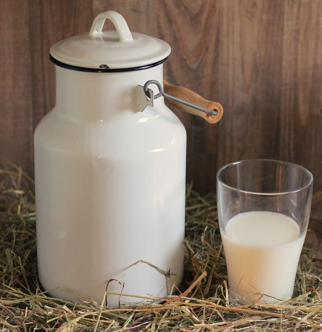 бетон с молоком и стакан с молоком