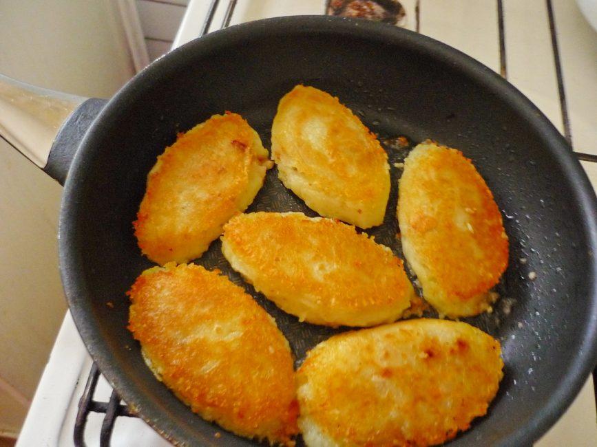 Картофельные зразы в процессе жарки