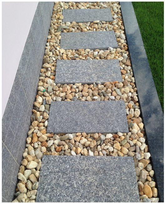 Дорожка из бетонных плит и гальки