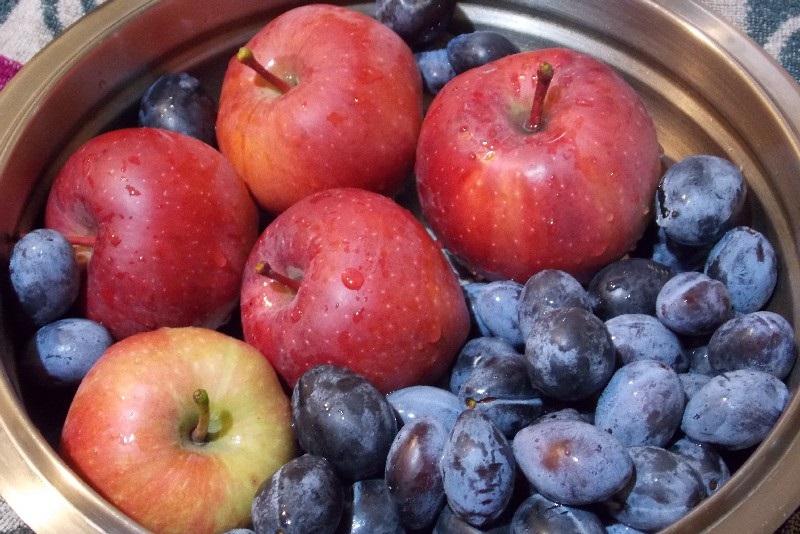 яблоки и сливы в кастрюле