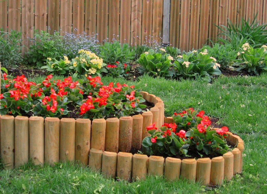 Оформите небольшой цветник деревянными кольями или брусом высотой до 8 см, такой бордюр придаст цветник ощущение завершенности.