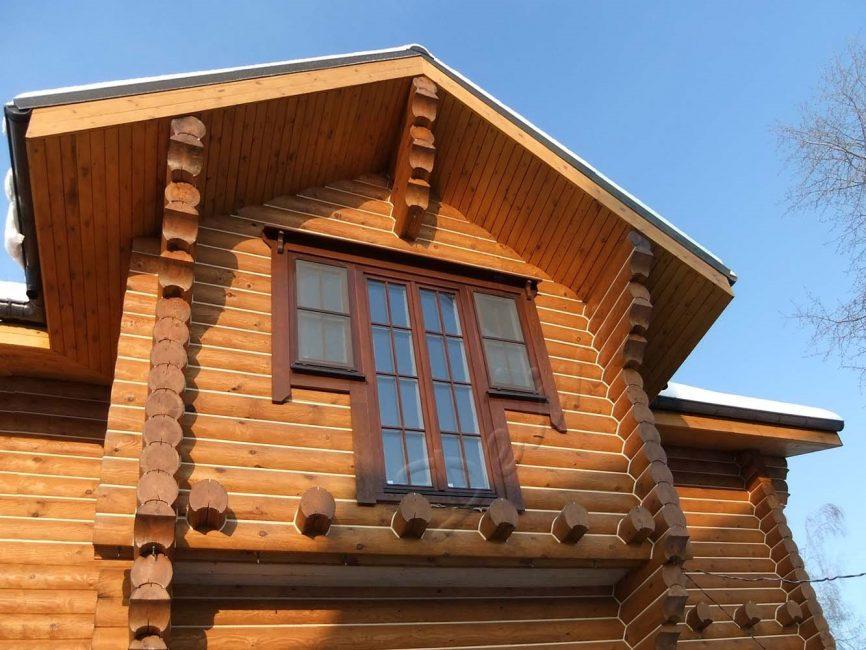 Красивее и более эстетично пластиковое окно смотрится в деревянном доме, если вставлено без утопления внутрь, на одном уровне с краем внешней стены