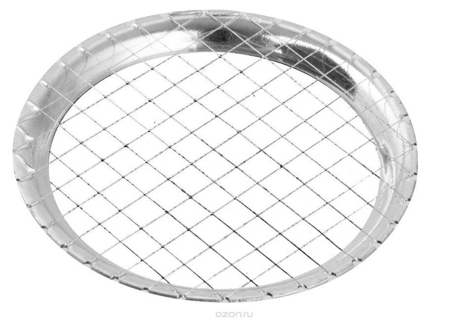 Удобно использовать яйцерезку. Она круглой формы, с решеткой, как на фото.