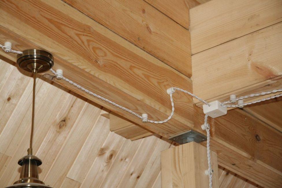 Укладка проводки в деревянном доме