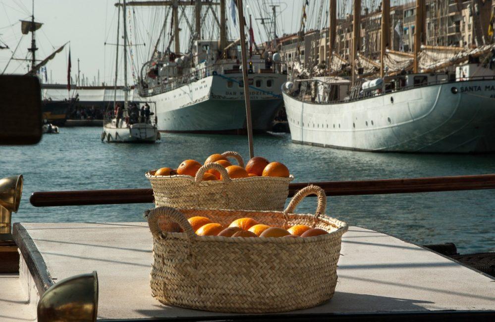 В Россию апельсины были привезены из Голландии в 17 веке.