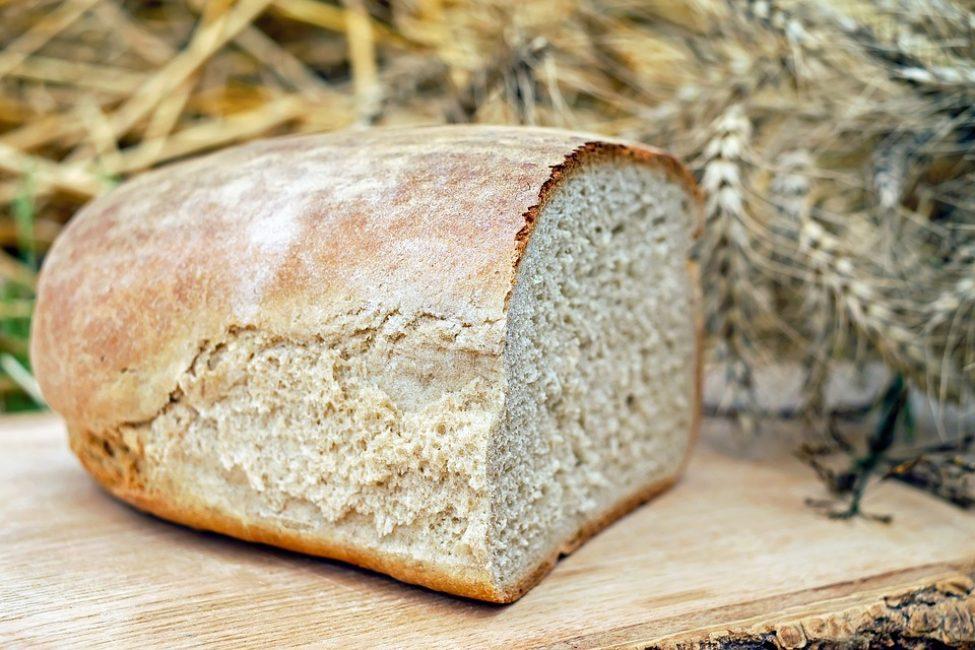 Половинка буханки домашнего хлеба