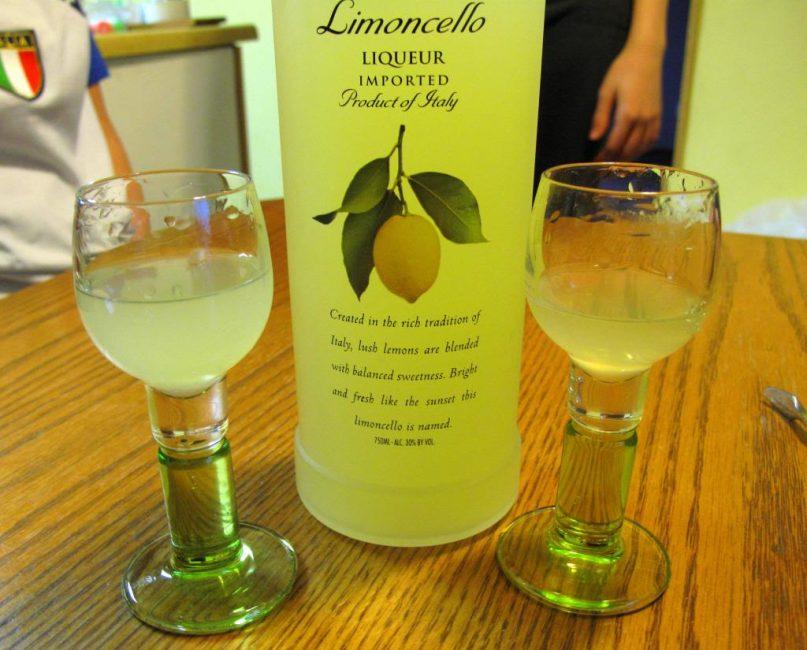 Подают лимончелло в небольших рюмочках