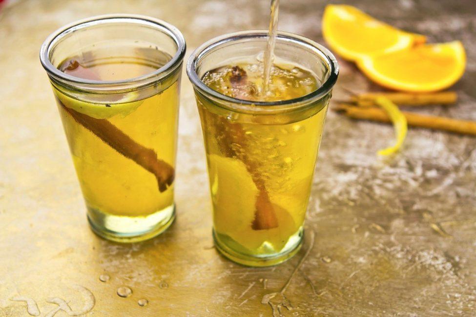 Лимонный глинтвейн с корицей