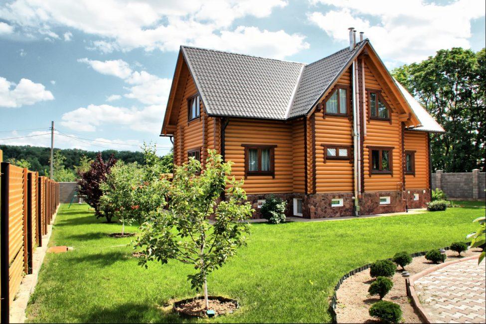 красивый загородный дом из бруса