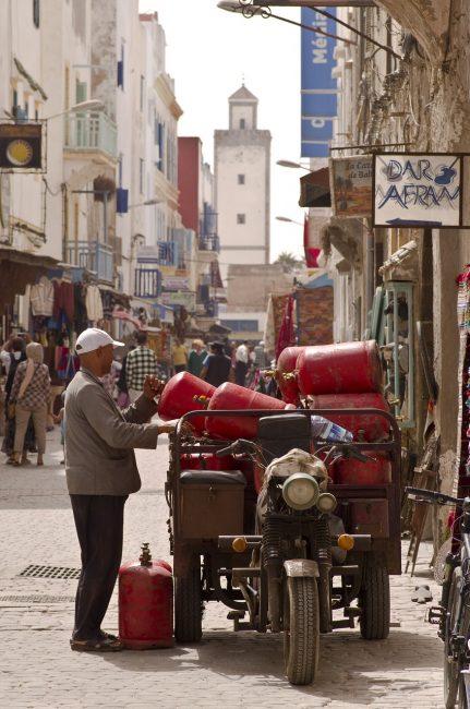 мужчина с полным багажником газовых баллонов