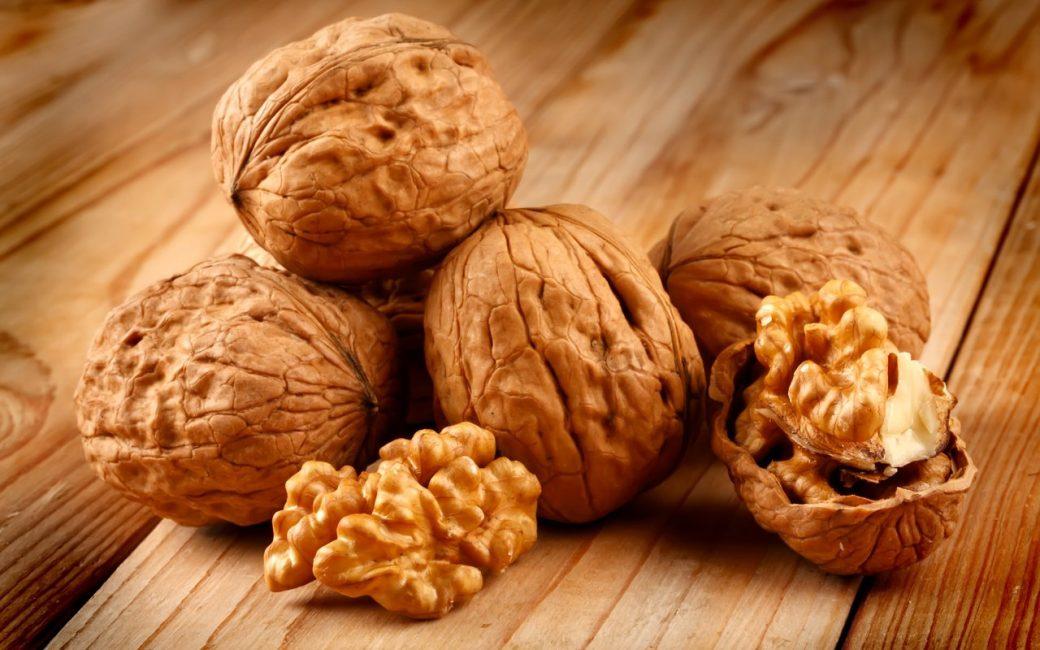 Спелые грецкие орехи