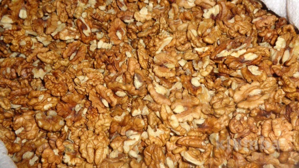 Орехи очищаем от скорлупы и ломаем их руками